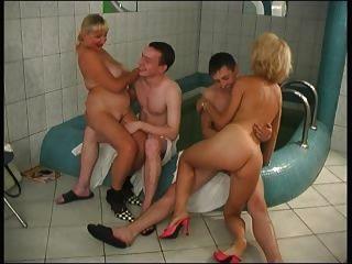2 Maduras Y 2 Jóvenes En Un Sauna # S76