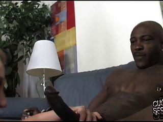 Mujer Blanca Teniendo Sexo Anal Con Negro Derecho Sobre El Cornudo