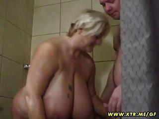 Busty Y Grasa Amateur Esposa Chupa Y Folla En Su Cuarto De Baño