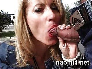 Naomi1 Cambia Su Piercing A La Carretera Del Baño