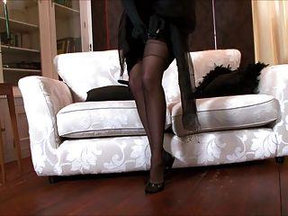 ¡beso Del Acebo Una Señora, Vestida Toda En Negro!