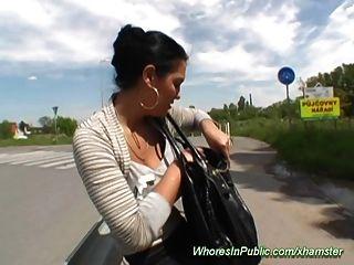 Joven Busty Adolescente Trabaja Por Dinero En Efectivo