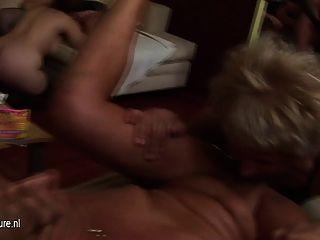 Una Fiesta De Sexo Grupal Madura Y Especial Y Rizada