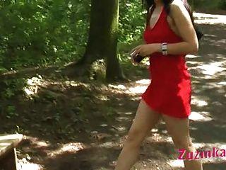 La Chica Vestida De Rojo En La Parte Del Parque 3