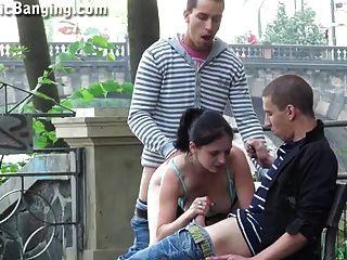 Gangbang Con Un Adolescente Lindo En El Centro De Un Centro De La Ciudad P 2