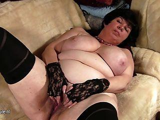 Abuelita Grande Titted Mostrando Su Coño Viejo