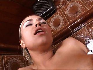 Sexy Espanol Maid Chupa Polla Y Obtiene Agradable Anal Perrito Estilo Fucking