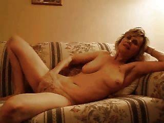 Milf Se Masturba Con La Mano En Bragas