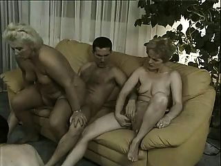 Abuelas En Orgía 4 Viejas Putas Y 3 Chicos Jóvenes Bonitos Follando