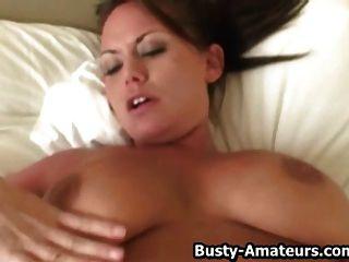 Leslie Jugando Sus Enormes Tetas Mientras Se Masturba Su Coño