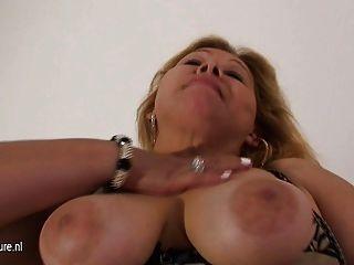 La Abuela Madura Se Masturba Sola