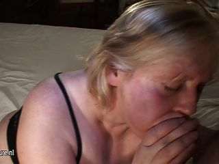 Mamá Grande Obtiene Su Cara Cubierta De Cum