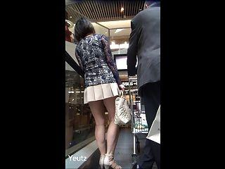 Milf Asiático Con Una Falda Muy Corta + Upskirt Sin Bragas