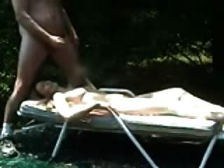 Tirón Fuera Y Cuming En Mujer Tomando El Sol
