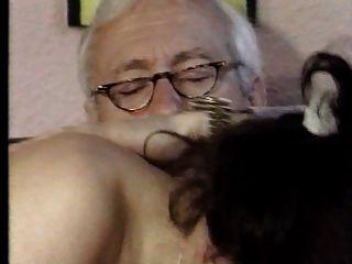 Distinguido Viejo Abuelo Obtener Una Buena Cabeza