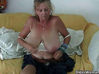 Abuelita Con Grandes Tetas Se Masturba En Pantyhose