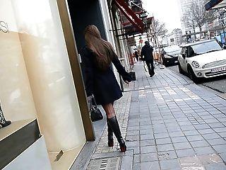Exhibicionista Desnudo Bajo Zanja En Botas De Louboutin + Upskirt