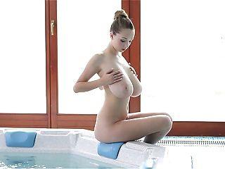 Señora Perfecta Con Los Boobs Grandes Consiga Follando En Sitio Del Baño