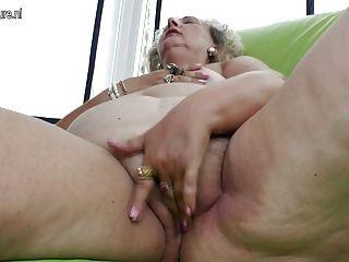 Vieja Abuela Jugando Con Un Consolador Púrpura