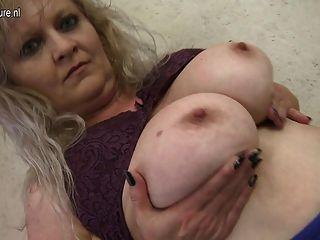 Abuela De Al Lado Jugando Con Ella