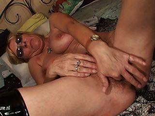 Vieja Abuela Jugando Con Su Coño