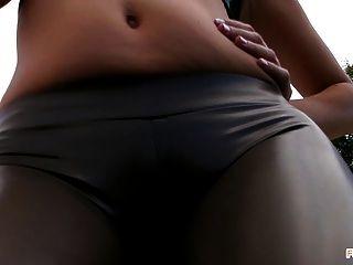 Sexy Culo Y Dedo Del Pie De Camello Fumar Al Aire Libre