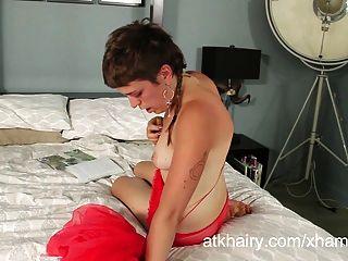 Francine Mcallister Usa Un Juguete En Su Coño Peludo Y Joven.