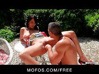 Mofos Impresionante Tit Naomi Grande Es Follada En Su Mesa De Patio