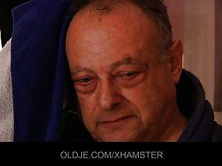 Viejo Hombre Sucio Folla A Dos Chicas Jóvenes