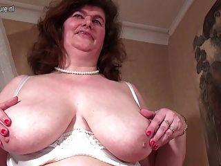 Mamá Holandesa Grande Que Juega Con Su Coño Peludo