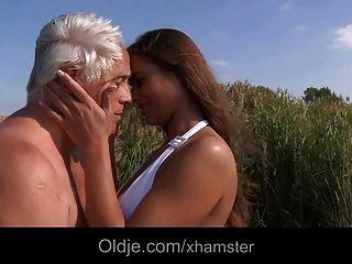 Big Titty Adolescente Follando Más Viejo En La Playa