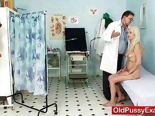 Skinny Hirsute Abuelita Mujer Tratamiento Médico