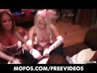 Cuatro Rubias Chicas De Fiesta Se Vuelven Locas En Una Orgía De Halloween
