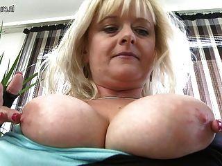 Mamá Rubia De Pecho Grande Con Vagina Hambrienta
