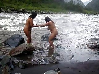 Dos Indios Mujeres Maduras Se Bañan En El Río Desnudo