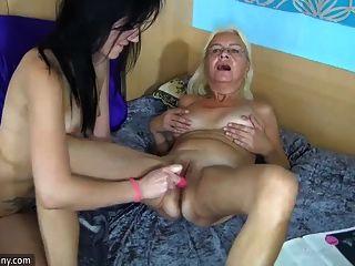 Abuela Flaca Agradable Y Chica Usando Consolador A La Masturbación