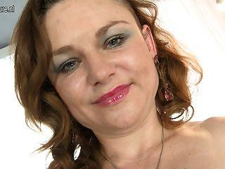 Madre Madura Traviesa Jugando Con Su Coño Afeitado