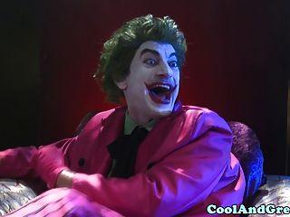 Tori Negro Golpeado En Trío Por Batman Y Petirrojo