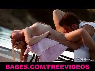 Puesta De Sol Rubia Tiras Fuera De Su Bikini Y Le Da A Su Hombre Una Puesta
