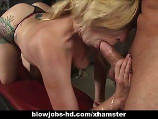 Sexy Rubia Da Una Gran Mamada