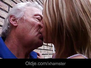 Oldman Folla Adolescente Rubia Descarada En El Patio
