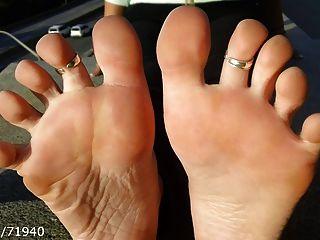 Solas De Los Pies Candentes Y Eliminación De Zapatos