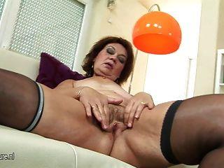Abuela Blanca Disfruta De Sus Juguetes