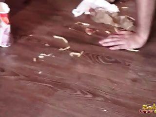 El Esclavo Masculino Gordo Es Alimento Alimentado Por Un Grupo De Señoras Abusivas