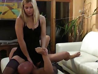 Mujer Se Alimenta Tv Control Remoto Y Zapatos De Alta Cura A Su Marido