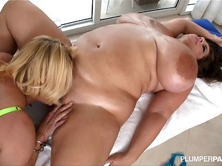 Sexy Busty Bbw Lesbianas Se Lamen Mutuamente Clítoris Y Tetas
