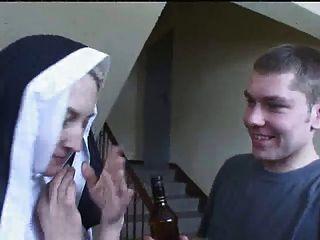 Nun Irina Con Dos Chicos