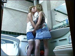 Las Hermanas Se Divierten En El Baño.)