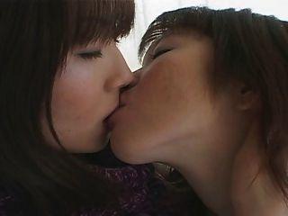 Besos Lesbianos Japoneses Sensuales.