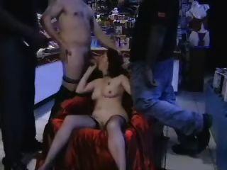 Puta Gangbanged En Una Tienda De Sexo